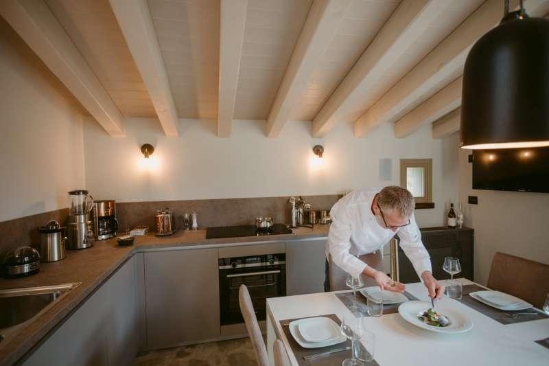 Lo Chef Cesare a disposizione del relais per cucinare piatti tipici della zona e proporre mini corsi di cucina